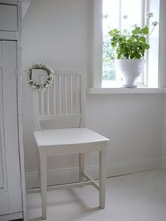 ~ L i l l a L y c k s t a ~ Shabby Chic Farmhouse, Farmhouse Style, Farmhouse Decor, White Cottage, Rose Cottage, Home Comforts, White Houses, Scandinavian Style, Dining Chairs