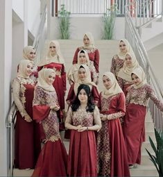 Yuk intip beberapa koleksi model baju gamis brokat yang dapat Anda jadikan outfit untuk pergi ke acara formal dan penting berikut ini. Hijab Gown, Hijab Dress Party, Hijab Wedding Dresses, Dress Brukat, Batik Dress, The Dress, Model Kebaya Brokat Modern, Dress Brokat Modern, Simple Cocktail Dress