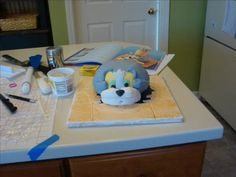 Tom  Jerry Cake Tutorial. Not the smoothest cake, but give a good idea about the steps to build their faces