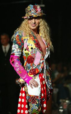 Depois de trabalhar em uma coleção com Oscar de La Renta no ano passado, John Galliano vai colaborar com a cadeia russa de cosméticos L'Etoile. Foi somente há três anos que o brilhante estilista britânico ...