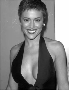 ♥ ♀ Alyssa Milano pinned by Raymond Evans ♀ ♥ Alyssa Milano Charmed, Alyssa Milano Hot, Allyssa Milano, Look Short, Actrices Hollywood, Seinfeld, Pixie Hairstyles, Pixie Haircut, Short Pixie