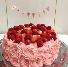 Den fineste kage, som kan bruges til festlige lejligheder, men som især er fin til et babyshower for en pige. Vær kreativ og bag din egen kage! Det vil sætte et personligt præg på festen. Kagen består af chokoladekage med chokolademousse og hindbærfrosting. Fruit Recipes, Baking Recipes, Cake Recipes, Creative Birthday Cakes, Nutella, Danish Food, Sweet Box, Food Cakes, Love Cake