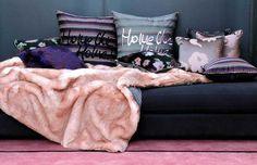 Plaid Fantaisie poudre, Sonia Rykiel : Un plaid en fausse fourrure au touché extrêmement doux et chaleureux avec au dos l'incontournable tissu en coton à fines rayures bayadères multicolores. Les coussins de Sonia Rykiel sont tendres et drôles, ses coloris intenses, son lit jonché de plaids et d'étoffes veloutées, ses rideaux impertinents, ses tapis généreux, sa maison emplie de livres et de douceurs. Ses mélanges sont uniques et n'appartiennent qu'à elle.