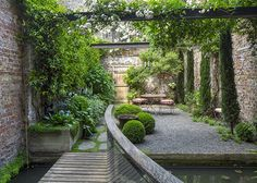 The London Magazine - A private city garden in London, UK. Designed by the owner, architect Rupert Wheeler. Small City Garden, Small Garden Design, Garden Spaces, Dream Garden, Back Gardens, Small Gardens, Outdoor Gardens, Rooftop Gardens, The Secret Garden