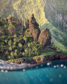 """Ola i ke ahe lau makani """"A vida está em um gentil sopro de vento""""  provérbio polinésio  Nos dias cálidos nas ilhas em meio do Pacífico a brisa fresca soprada do mar parece trazer a vida consigo.  Foto: visão da orla das Ilhas Marquesas na Polinésia Francesa por @bejamin"""