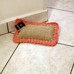 Almofadinha, peso para porta em juta e crochê http://www.gostodefazer.com/