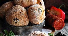 Ismét egy zsemle, illetve ha jól akarom megfogalmazni, akkor egy kerekre igazodott ciabatta... Még hozzá oliva bog... Ciabatta, Muffin, Bread, Breakfast, Food, Morning Coffee, Brot, Essen, Muffins