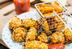 Für das Ketchup Zwiebel und Knoblauch schälen und mit den Tomaten in grobe Stücke schneiden. Ineinem Topf mit einem Stabmixer fein pürieren. Oregano, Basilikum und Salz dazugeben. Bei ...