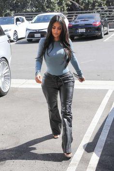 Kim Kardashian – Verlässt italienische Restaurants in Kourtney Kardashian, Looks Kim Kardashian, Estilo Kardashian, Kardashian Style, Kardashian Jenner, Classy Outfits, Pretty Outfits, Casual Outfits, Teen Choice Awards