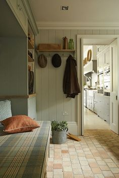 13 Beautiful Rustic Farmhouse Mudroom Decor and Design Ideas Farmhouse Interior, Rustic Farmhouse, Cotswold Cottage Interior, Farmhouse Small, Style At Home, Boot Room Utility, Utility Sink, Small Utility Room, Mudroom Laundry Room
