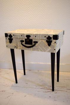 Voici comment redonner une seconde vie à une ancienne valise en carton! Elle à tout d'abord été habillée de pages de livre vernies et l'intérieur de papier à texture croco noir. Puis lui ont été ajoutés des pieds forme crayon d'une petite chaise rétro.....