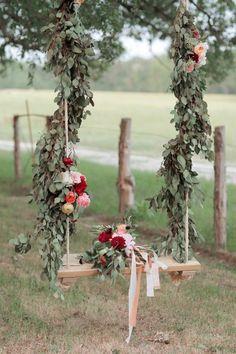 boheme deco | mariage bohème chic et déco avec balançoire et guirlandes en fleurs