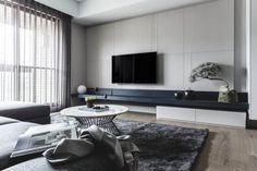Apartamento Contemporâneo em Taiwan - Mr Chen's Apartment - Limitado Ilimitado By Taipei Base Design Center - Sala Cinza - Estante Vazada - Sofá Cinza - Luminária de Chão - Painél para TV - Sala Contemporânea - Decoração De Sala - Sala de Estar - Salas Decoradas - Blog Decostore
