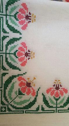 Lovely floral cross stitch embroidered tablecloth in linen Cross Stitch Boards, Mini Cross Stitch, Cross Stitch Rose, Cross Stitch Flowers, Wool Embroidery, Cross Stitch Embroidery, Embroidery Patterns, Cross Stitch Designs, Cross Stitch Patterns