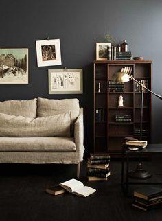 Boknäs Classic -liukuhylly, Cosmo-lattiavalaisin, Slim Square -pöytä, Lena-sohva.