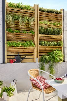 In the courtyard, a partition incorporates a green wall. This wooden blackout panel is perfect for growing aromatic plants! An arrangement that allows you to afford a little piece of nature, even when living in the city center. Potager Garden, Balcony Garden, Outdoor Walls, Outdoor Decor, Beach Gardens, Backyard, Patio, Plant Wall, Garden Projects