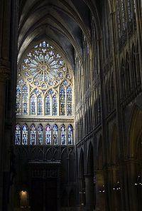 Catedral de Metz - La catedral Saint-Étienne de Metz, del departamento francés de Mosela, es la iglesia principal de la diócesis de Metz y grandioso monumento gótico. Presenta las mayores vidrieras góticas de Europa con cerca de 6,500 metros cuadrados. Los 41 m de altura de su nave la colocan en el tercer lugar de las iglesias góticas de Francia.