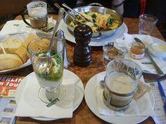 Klasik gene kahvaltı için Einstein kafe'ye gidiyoruz. Nefis omletler ve kremalı kahve yapıyolar. Zaten Berlin'de kaldığımız sürece başka yerde de kahvaltı yapmıyoruz... Daha fazla bilgi ve fotoğraf için; http://www.geziyorum.net/berlin-2-gun/
