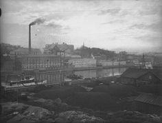 1920-luvun otoksessa Barkerin piippu tupruttaa savua yläilmoihin. Vasemmassa laidassa näkyy nykyään ravintolana toimiva osuuskaupan kalavarasto. Etualan mustat keot ovat kaasulaitoksen hiilivarasto. TS/arkisto.
