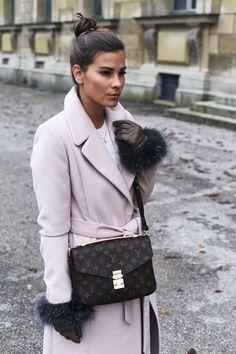 Nina Schwichtenberg trägt einen langen rosa Mantel, Plateau Schuhe und die Louis Vuitton Pochette Métis. Mehr auf www.fashiioncarpet.com