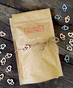 Balíček dvou voňavých čajů s přírodním provázkem a dřevěným srdíčkem. Černý čaj s vanilkou a voňavý hruškový čaj. S láskou zabaleno v chráněné dílně. Napkins, Gift Wrapping, Tableware, Gifts, Gift Wrapping Paper, Dinnerware, Presents, Towels, Dinner Napkins