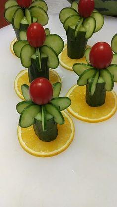 Cute Food Art, Creative Food Art, Fruit Tray Designs, Amazing Food Decoration, Vegetable Decoration, Bakers Kitchen, Diwali Food, Food Carving, Food Garnishes