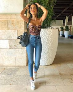 Fashion Dresses Trendy leopard print top with high waisted denim jeans. Casual Bar Outfits, Cool Outfits, Vegas Outfits, Party Outfits, Night Outfits, Look Fashion, Womens Fashion, Jeans Fashion, High Waisted Denim Jeans