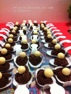 Cucharitas de chocolate al 70% con bolita de chocolate blanco.