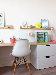Bureau enfant // Kids room with ikea storage .réalisation Peek It Magazine Childrens Desk, Ikea Desk, Ikea Drawers, White Drawers, Ikea Ikea, Kids Study, Ikea Storage, Storage Ideas, Shelving Ideas