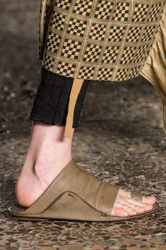 Uma Wang at Milan Fashion Week Spring 2017 - Details Runway Photos Fashion Shoes, Fashion Accessories, Milan Fashion, Leather Sandals, Shoes Sandals, Flat Shoes, Style Africain, Comfy Shoes, Beautiful Shoes