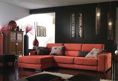 La pared principal de color negro hace que el salón se hunda visualmente hacia ese lado, aportando una sensación de profundidad y amplitud.
