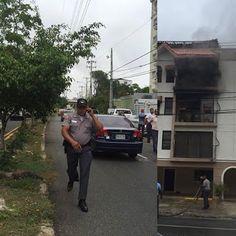 Armario de Noticias: Oficial de la polica agrede a periodista Elias Rui...