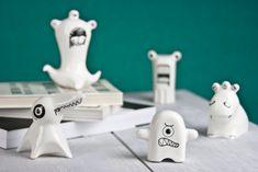 Rencontrez le Pack de monstres, les figurines en porcelaine mignon. Ne soyez pas trompé par leur charme cependant, les monstres ont des dents pointus et de grands yeux et ils sont à la recherche de la nouvelle maison!  Les placer sur votre table basse, à la cheminée, sur le frigo ou même à votre bureau de bureau et ils va ajouter un accent contemporain dans votre chambre et sûrement va être un accrocheur objet.  Les figurines de monstres a commencé comme une collection de dessins dans mon…