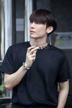 Mew Suppasit Pretty Litte Liars, Korean People, Cute Gay Couples, Thai Drama, Cute Actors, Asian Actors, Male Face, Asian Boys, Handsome Boys