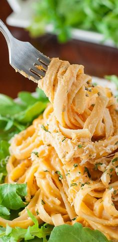 Alfredo Sweet Potato Alfredo - This gorgeous golden pasta is a delicious twist on a comfort food classic!Sweet Potato Alfredo - This gorgeous golden pasta is a delicious twist on a comfort food classic! Pot Pasta, Pasta Dishes, Pasta Food, Pasta Recipes, Dinner Recipes, Cooking Recipes, Vegetarian Recipes, Healthy Recipes, Good Food