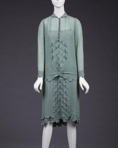 There is a hint of mermaid to this 1920s chiffon dress, scalloped decoration at centre front creating a fluid scale-like pattern @goldstein_museum #scalloped #scallopededge #mermaid #greenchiffon #chiffondress #1920s #1920sdress #1920sfashion #1920style #artdeco #decostyle #fashionhistory #dresshistory