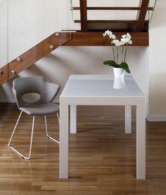 Nina sled, scaun de conferință realizat din metal. Există disponibilă o gamă largă de culori și texturi pentru personalizarea produsului. Scaun cu design atrăgător și se potrivește în orice tip de locație.  Buretele este de densitate mare, pentru rezistență la trafic intens. Orice, Office Desk, Furniture, Design, Home Decor, Desk Office, Decoration Home, Desk, Room Decor