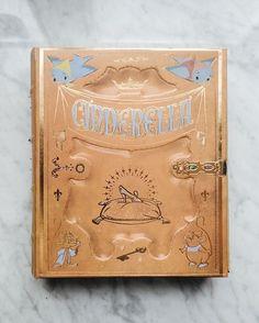 """J'ai plusieurs jolies boîtes déguisées en livres près de mon bureau j'y range tout un tas de trucs moches : des câbles du matériel de bureau etc. Tout bien rangé et caché sur mon étagère d'angle juste derrière moi :D / Si vous les cherchez il y en a plusieurs : cendrillon la belle et la bête Fantasia Pinocchio la belle au bois dormant blanche neige. Le nom des boîtes c'est """"Disney archives note card set""""      #Prettylittlething #magicalmakers #shopdisney #disneycollection #disneymerch"""