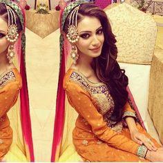 Stylish Bridal Mehndi Frisuren für Ultimate Traditional Look Mehndi Outfit, Mehndi Dress, Desi Bride, Desi Wedding, Wedding Veils, Pakistani Bridal, Pakistani Dresses, Indian Dresses, Pakistani Mehndi