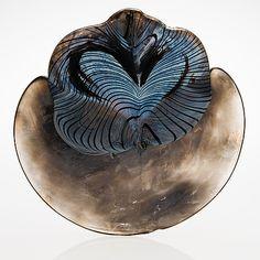 OIVA TOIKKA TAIDELASI, signeerattu Oiva Toikka Nuutajärvi Notsjö 1991. Moniväristä ja sinertävää lasia, osittain irisoivaa. Leveys noin 32 cm.