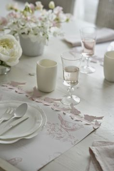 Set de table en papier peint (Ralph Lauren) sur lequel on a juste collé une frise d'oiseaux. Création Corinne Crasbercu ---- Marie-Paule Faure: Recevoir