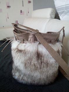 Sac seau Calypso cousu par Régine GRARD - Tissu(s) utilisé(s) : Fourrure ( fausse) simili cuir tissu coton pour la doublure - Patron Sacôtin : Calypso