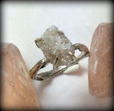 Свадебные кольца с цветными камнями, необработанным камнем, без камня или с жемчугом - фото красивых свадебных колец без бриллиантов