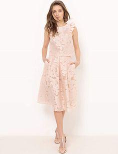 Tenue de cérémonie : éléganteJupe longueur genou en viscose et polyester et blouse courte à volants, Mademoiselle R pour La Redoute, 49,99 € et 39,99 €.