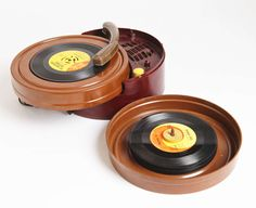 Bakelite / Catalin Self-Contained Record Player Old Records, Vintage Records, Vintage Music, Vinyl Records, Portable Record Player, Vinyl Record Player, Record Players, Arduino, Home Music