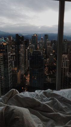 A quiet, messy sheet, early morning in the city. Night Aesthetic, City Aesthetic, Aesthetic Bedroom, City View Apartment, Dream Apartment, New York Life, Nyc Life, City Bedroom, Travel Photographie