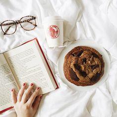 """"""" Alguém aí quer um pedaço desse cookie de 300g do @newyorkcafecwb ?  (trouxe o copinho pra casa só pra tirar essa foto hehe) #cookie #book #bookworm…"""""""