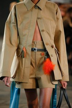 Loewe Spring 2019 Ready-to-Wear Fashion Show Details: See detail photos for Loewe Spring 2019 Ready-to-Wear collection. Look 24 Couture Details, Fashion Details, Fashion Design, Safari Chic, Fashion Show, Fashion Outfits, Cheap Fashion, Vogue, Safari Jacket