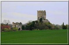 Même en ruine, la fortification médiévale de Château sur Epte est impressionnante. Ce site a surveillé la frontière entre le Royaume de France et le Duché de Normandie durant de longs siècles.