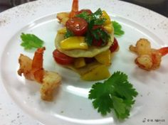 Mango-Tomaten-Salat in Soja-Sesam-Vinaigrette zwischen Strudelblättern mit gebratenen Riesengarnelen